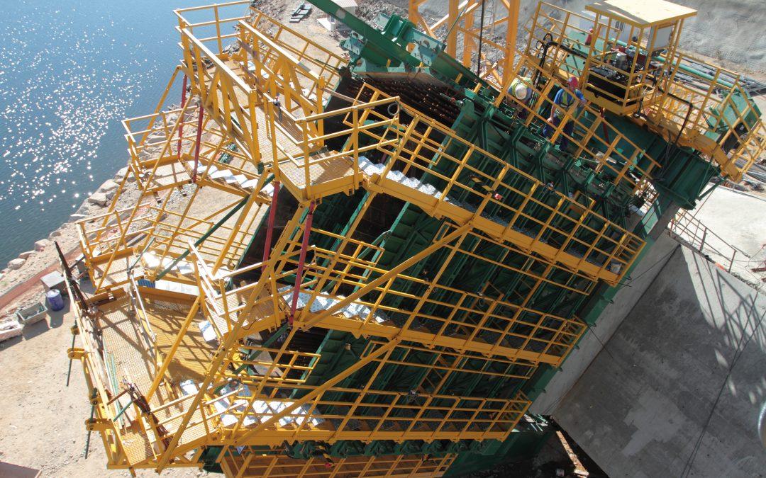 Artículo Carros de encofrado para la ejecución del arco del puente sobre el río Almonte